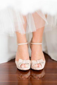 pretty wedding shoes finished with a bow #weddingshoes #nudeshoes http://www.weddingchicks.com/2013/11/21/fantasy-wedding/