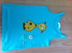 Samarreta per l'Ivanka, una nena a qui estimo molt!   La samarreta és de H&M i  les aplicacions estan fetes en robes de cotó.