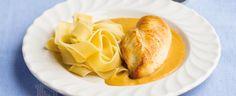 1. Kořenovou zeleninu – mrkev, petržel i celer – nakrájejte nebo nastrouhejte nadrobno. Máslo nechte rozpustit v širším hrnci, přihoďte slaninu a v...