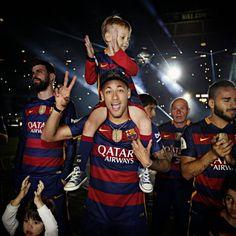 Camp Nou celebrates the double Neymar Jr, Fc Barcelona, Barcelona Soccer, Barcelona Players, Camp Nou, Good Soccer Players, Football Players, Real Madrid Players, Saints