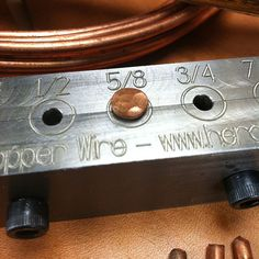 Girar el alambre de cobre ordinario en remaches de cobre hecho a mano. Crear una amplia variedad de diseños y formas de cabeza. Esta herramienta produce #9 remaches de 1/4 a 1 pulgada de largo. No hay necesidad para un tornillo de banco o yunque, puede utilizarse sobre cualquier mesa de trabajo robusta. Hecho de acero sólido y se abre para el retiro fácil del remache. Incluye instrucciones para ayudarle a comenzar. Alambre de cobre sólido está disponible en las ferreterías y centros de hogar…