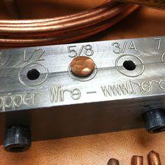 Girar el alambre de cobre ordinario en remaches de cobre hecho a mano. Crear una amplia variedad de diseños y formas de cabeza. Esta herramienta produce #9 remaches de 1/4 a 1 pulgada de largo. No hay necesidad para un tornillo de banco o yunque, puede utilizarse sobre cualquier mesa de trabajo robusta. Hecho de acero sólido y se abre para el retiro fácil del remache. Incluye instrucciones para ayudarle a comenzar. Alambre de cobre sólido está disponible en las ferreterías y centros de…