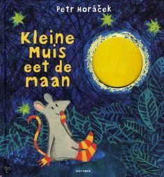 Kleine muis eet de maan. Nog een boek van Kleine Muis! Heel mooi, lief boekje voor de peuters! Valt ook nog goed bij de kleuters ;)