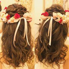 ふんわりしっかりカールの ハーフアップスタイル。 生花のバランスばっちりの花冠には 凝りすぎないシンプルスタイルが よく似合いますね☺︎ Produced by @the_terrace_by_the_sea Hair and Make by Rie