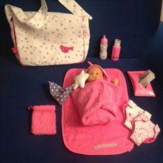 Kit poupée: sac à langer, matelas, Doudou, couches et lingettes + cape de bain et gant de toilette.