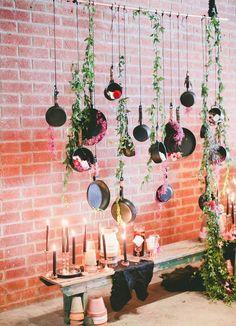 Vai casar? Veja essa decoração com pendente de panelas para decoração do seu chá.