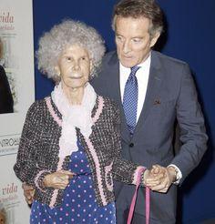 La Duquesa de Alba presenta su libro acompañada por su marido, Alfonso Diez
