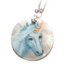 Pendentif nacre blanche et argents sur lequel est peint une licorne à l'aquarelle