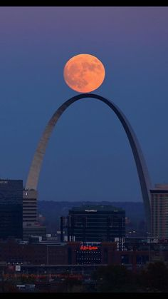 Excellent balancing act! Supermoon over the Gateway Arch in St. Louis. November 13, 2016