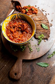 Carne de panela com molho rústico | #ReceitaPanelinha: Marinada com vinho tinto e ervas frescas, esta carne de panela é deliciosa e prática: Feita na panela de pressão, ainda ganha um molho de tomate rústico bem perfumado para acompanhar.