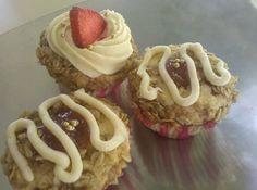 strawberry rhubarb crisp cupcakes