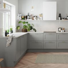 Discover a classic country kitchen with a stylish and modern design like that of Shaker White from HTH here. Ikea Kitchen, Home Decor Kitchen, Country Kitchen, Kitchen Furniture, Home Kitchens, Kitchen Cabinets, Modern Kitchen Design, Interior Design Kitchen, Appartement Design