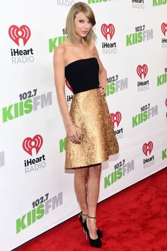 Taylor Swift's dress was basically MADE for the holidays <3