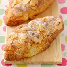 Croissants aux amandes : 6 croissants, 40 cl d'eau, 40 g de sucre, 1 gousse de vanille, 1 cc de rhum. Pour la crème d'amandes : 50 g de poudre d'amandes, 50 g de sucre glace, 50 g de beurre mou, 1 œuf, 1 cc de rhum. Pour le décor : 100 g d'amandes effilées, sucre glace
