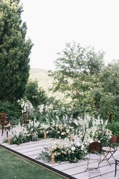 FOR THE CEREMONY || NOVELA BRIDE...A flower circlet backdrop for the polished elegant garden wedding || Where the modern romantics play & plan the most stylish weddings... www.novelabride.com @novelabride #jointheclique