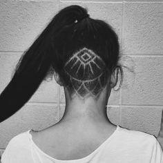 Undercut tattoo avec un motif plus sophistiqué #monvanityideal #inspiration… Plus