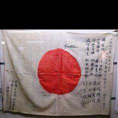 1956年 マナスル日本登山隊登頂記の旗 毎日新聞社のカメラマンであった祖父の依田は、登山隊の一員として戦後復興中の日本に明るい話題(写真)を届ける役目を果たしました。