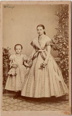 1860-as évek, Benyó Ede korai fotója  a kártya jelzetlen, de a díszlet mintázata elárulta a műtermet.