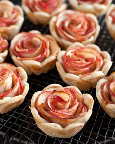 A Dozen Mini Edible Roses Apples + pie tart = roses! Get the recipe by clicking through the image. Get the recipe by clicking through the image. Apple Rose Pie, Mini Apple Pies, Mini Pies, Apple Roses, Mini Desserts, Just Desserts, Delicious Desserts, Dessert Recipes, Yummy Food