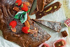 This delicious dark chocolate, vanilla bean & roasted pecan fudge makes a great homemade gift for the kids teachers, neighbours, friends and family. Pecan Fudge Recipe, Fudge Recipes, No Bake Desserts, Dessert Recipes, Dessert Food, Christmas Desserts, Christmas Christmas, Christmas Recipes, Chocolate Garnishes