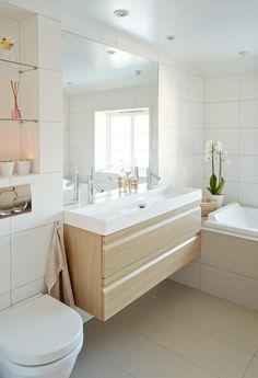 LETT Å GJØRE RENT: Færre kriker og kroker gjør badet lett å holde ryddig, og lett å gjøre rent. Vegghengt innredning fra Dansani, kraner fra Axor.