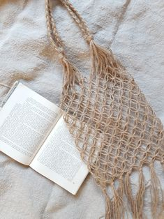 Diy Home Crafts, Creative Crafts, Fun Crafts, Macrame Bag, Macrame Knots, Macrame Wall Hanging Diy, Crochet Tote, Macrame Design, Macrame Projects