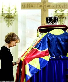 Last goodbye: Princess Margaret of Hohenzollern, daughter of former Romanian King Michael, touches his coffin, at the former royal palace Michael I Of Romania, Romanian Royal Family, Life Motto, Princess Margaret, First Daughter, Royal Palace, Royal House, Kaiser, Prince And Princess