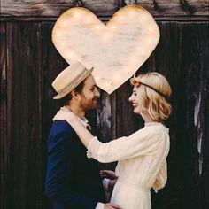 Coração de madeira rústico + luzinhas! Dá um toque especial na décor e na foto dos noivos também! ♥️ #amolapisdenoiva {via: JBM Weddings}