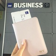 HAPPY 4TH OF JULY  @maimariavu woke up in @flysas new business class on her way to Chicago with her pink passport holder with initials in gold. Get yours at www.deriwe.com, link in bio ✈️ #deriwe #flysas #wearetravellers