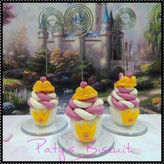 Porta recados cupcake Princesas <br> <br>Produto sob encomenda. Consulte prazos de produção e envio. <br>Valor unitário. <br> <br>Material: biscuit; haste plástica; base acrílica redonda. <br>Altura aproximada: 05cm + haste.