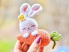 Let the crochet colorful worm amigurumi enchant you! This big worm cute and colorful will appeal to all big and little fans of amigurumi. Bunny Crochet, Easter Crochet, Cute Crochet, Crochet Patterns Amigurumi, Crochet Dolls, Amigurumi Doll Pattern, Amigurumi Toys, Cute Keychain, Crochet Projects