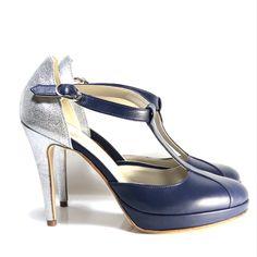 Personnaliser ses chaussures pour des créations uniques et sur-mesure ? C'est possible avec Dessine-moi un soulier! Cliquez sur l'image pour créer vos chaussures comme il vous plaît 🥰 Pour un mariage, tous les jours ou un événement, n'hésitez plus ! Bleu Marine, Comme, Peeps, Stiletto Heels, Peep Toe, Shoes, Fashion, Custom Shoes, Blue Shoes