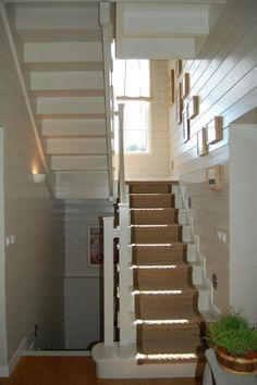 Escalier en bois peint en blanc et recouvert d'un tapis