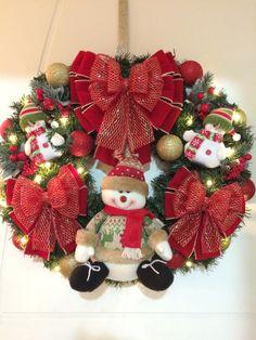 GUIRLANDA NATALINA (Nº 59)(com iluminação de LED)    Natal esta chegando!  É hora de decorar a sua residência, comércio, etc!  Então vamos decorar a sua porta de entrada com uma GUIRLANDA LINDA!!!    DESCRIÇÃO:  Guirlanda de 60 x 60 cm, decorada com um lindo Papai Noel grande no centro, e dois pe... Christmas Door Wreaths, Felt Christmas Decorations, Christmas Tree Design, Christmas Centerpieces, Holiday Wreaths, Holiday Decor, Country Christmas, Christmas Time, Christmas Crafts