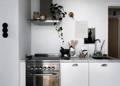 Small home, great style - via Coco Lapine Design Kitchen Interior, Kitchen Design, Retro Appliances, Gravity Home, Concrete Kitchen, Kitchen Dinning, House Inside, Kitchen Handles, Cuisines Design