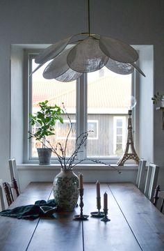 DIY: Drömlampan   leitntos Diy Interior Hacks, Interior Design Tips, Interior And Exterior, Handmade Chandelier, Diy Chandelier, Diy Lampe, Flower Lamp, Diy Flower, Suspension Design