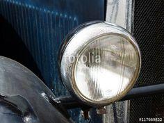 Scheinwerfer mit Chromeinfassung und Flugrost eines dunkelblauen Opel Oldtimers der Zwanziger Jahre bei den Golden Oldies in Wettenberg Krofdorf-Gleiberg
