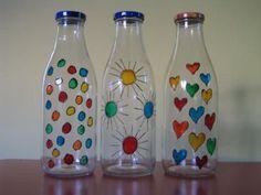 En la manualidad que vamos a explicar a continuación, vamos a mostrar cómo decorar cualquier botella de vidrio que tengamos en casa, con el fin de que quede muy decorativas en cualquier pequeño rin… Reuse Bottles, Painted Wine Bottles, Painted Jars, Painted Wine Glasses, Glass Bottle Crafts, Wine Bottle Art, Diy Bottle, Glass Bottles, Painting Glass Jars