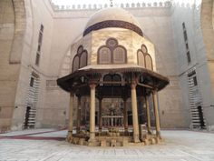 The fountain in the middle of the dish Mosque of Sultan Hassan (photo: almrsal)