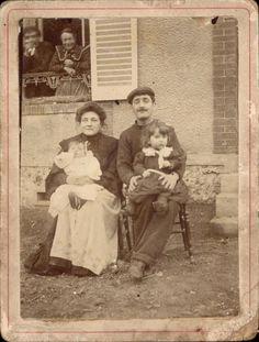 Grande CDV couple assis avec des enfants maison fenêtre casquette vers 1890