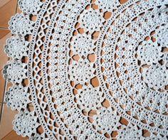 Toalha de crochê para mesa redonda, toda feita em rosas.  Medida 1,36 cm de diâmetro.  Material: fio natural de algodão.  Tenha algo feito especialmente para você!!
