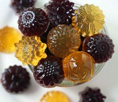Homemade Gummy Fruit Snacks made with only 3 ingredients -- fruit juice, gelatin, and honey. No-sugar-added fruit gummies recipe. Gummy Fruit Snacks, Ash Recipe, Healthy Candy, Healthy Snacks, Healthy Recipes, Jelly Bread, Gluten Free Restaurants, Indian Sweets, Jelly Beans