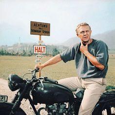 """When McQueen Escapes - Durango - - Quand McQueen s'évade Steve Mc Queen in """"The Great Escape"""". Marlon Brando, Vivien Leigh, Steeve Mcqueen, Steve Mcqueen Style, Poster Retro, Elvis Presley, Gene Kelly, The Great Escape, James Dean"""