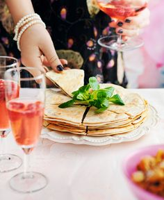 Mingelmat när den är som allra bäst! Den här quesadillan med svamp kan göras i förväg och värmas i ugn. Det ger dig mer tid att umgås med gästerna.