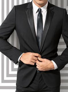 Smoking-Anzug - Dieser Anzug ist etwas Besonderes! Das gläzende Revers, und eine Hose mit Gallonstreifen lassen den aus matt schimmernder Schurwolle bestehenden Anzug, zu einem individuellen Bestandteil Ihrer Garderobe werden.