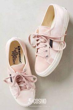 还有这双帆布鞋的经典品牌 Superga,也出了一款小粉鞋,这种接近于脏粉色的鞋也是今年超级受欢迎的颜色。