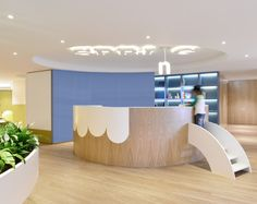Spring Kindergarten in Wanchai by Joey Ho Design: Design concept Spring is a newly established learning center for children with the aim to help them Kindergarten Interior, Kindergarten Design, Design Maternelle, Design Clinique, School Reception, Children's Clinic, Architecture Design, Reception Desk Design, Decoration Entree