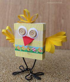 P'tit poussin! Bricolage enfants pour Pâques: un morceau de bois, du masking tape et du fil électrique. www.pinterest.com/fleurysylvie et www.toutpetitrien.ch