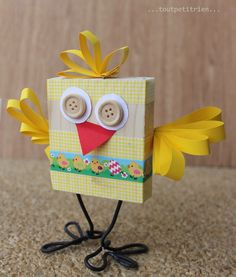 P'tit poussin! Un morceau de bois, du masking tape et du fil électrique. www.pinterest.com/fleurysylvie et www.toutpetitrien.ch  #bricolage #paques #enfants