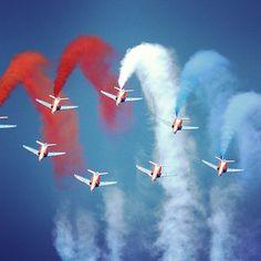 """Aviones Alphajet de la elite francés """"Patrouille de France"""" en vuelo acrobático liberan humos azules, blancos y rojos que representan los colores de la bandera nacional de Francia, mientras vuelan sobre la Base Aérea de 701 en Salon-de-Provence , al sur del país. Foto: AFP"""
